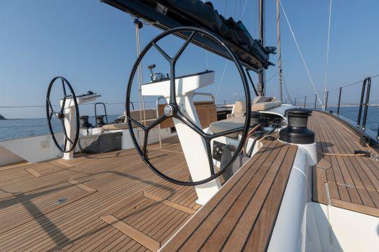 Le poste de barre du First Yacht 53